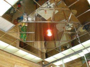 Декоративный зеркально-плиточный подвесной потолок