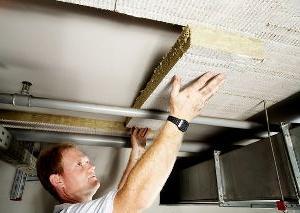 <li>В качестве шумопоглотителей на подвесном потолке используют минвату, пенополиэтилен и пенопласт, вставляя его между профилями каркаса, либо подкладывая под него. Метод будет зависеть от того, насколько вы сможете опустить потолочный каркас, то есть, от возможной глубины потолочной пазухи. Также в таких случаях ещё используют звукоизоляционные панели для потолочной конструкции.</li> <li>Представьте себе, что вы делаете <a href=