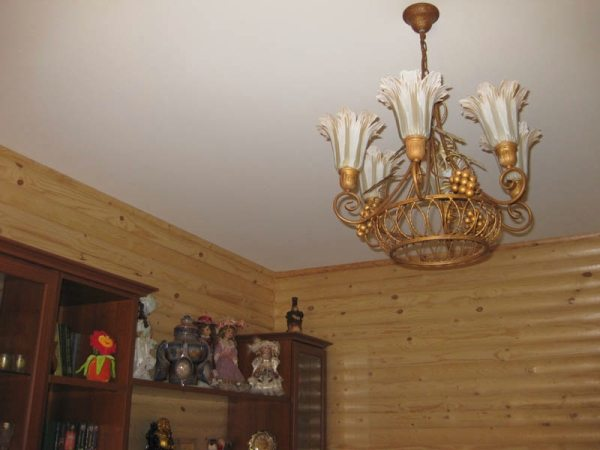 Классический ровный белый потолок сделает комнату намного светлее и выше